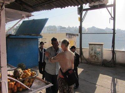 Pam qui remercie ce charmant vendeur pour tous les Chaï (thé indien) qu'il nous a servi