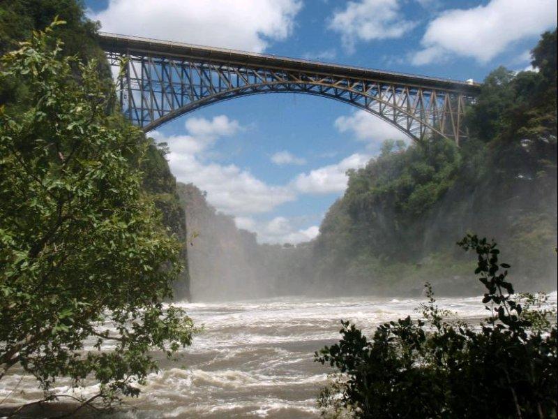 Bridge between Zambia (l) and Zimbabwe