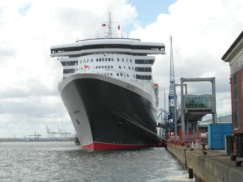 QM2 in Southampton dock