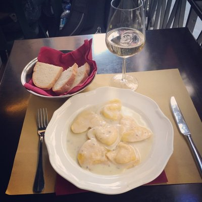 Stuffed pasta with prosecco