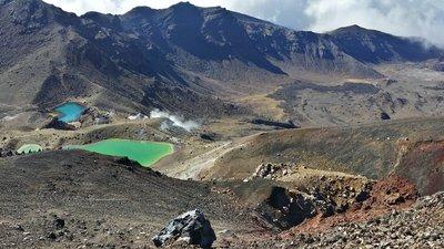 Tongariro Alpine Crossing - dans la descente vers les lagons