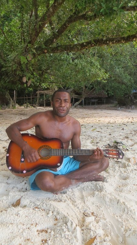 Bertrand qui nous chante une composition sur Champagne Beach
