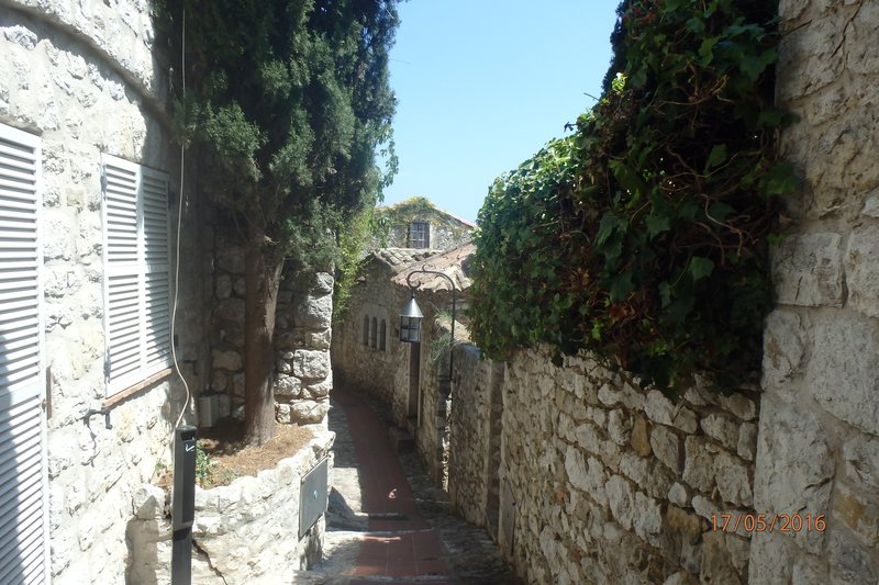 The narrow streets of Èze