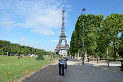 Walk_to_the_Eiffel_Tower.jpg