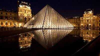 the_Louvre..um_at_Night.jpg