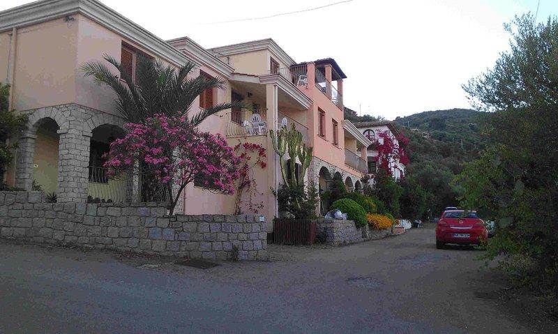 Belle maison dans son magnifique jardin fleuri