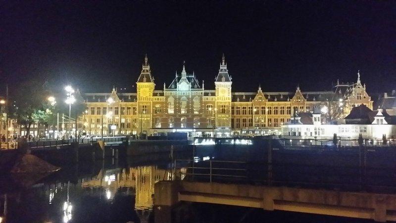 large_Amsterdam_at_night.jpg