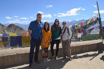 Max, Natscha, ich und Tanja auf dem Leh Palace