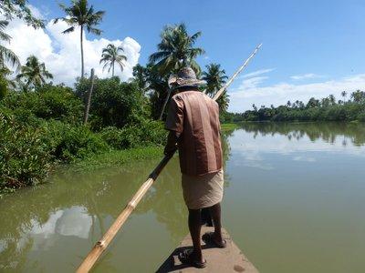 Kahnfahrtechnik: Mit dem Bambusstock vom den Grund abstoßen