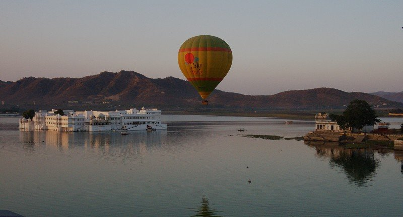 Balloon over lakepalace