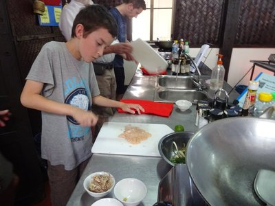 Thomas is in charge, Lao cookery course