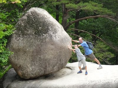 Heundeulbawi (the Rocking Rock) 16 tonne boulder
