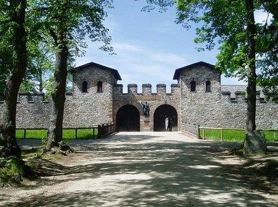 1024px-Saalburg_Main_Gate_(Porta_Praetoria)