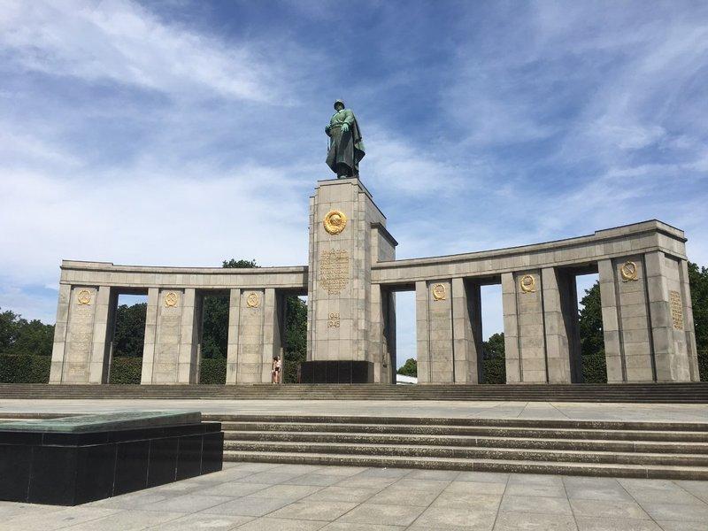 large_Berlin_-_Soviet_memorial_.jpg