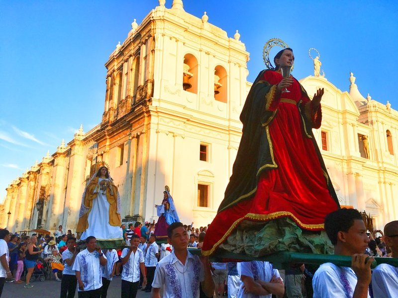 large_Leon_Cathedral_and_parade.jpg