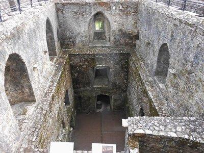 Blarney_Castle_Inside.jpg
