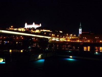 Bratislava mit Burg und Dom zu St. Martin bei Nacht