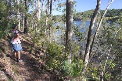The walk along the lake at the free camp