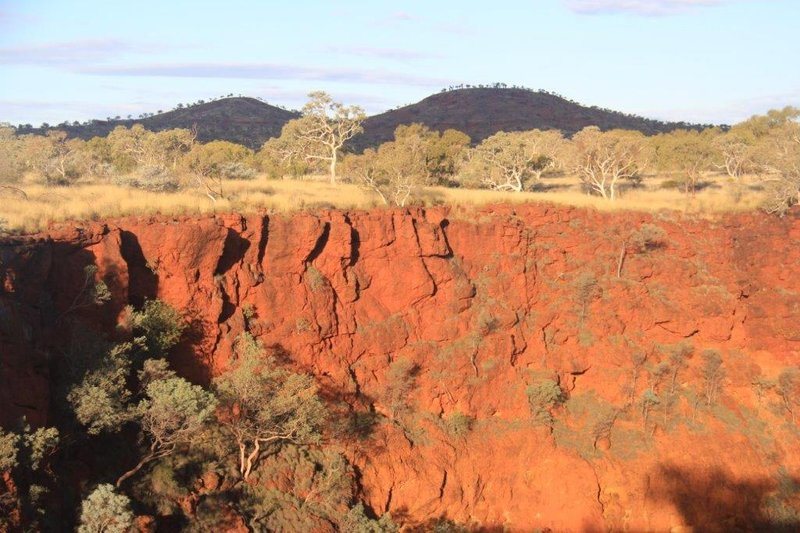 Walking on the rim of Dales Gorge