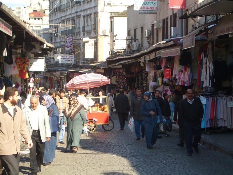 Istanbul 2007 - normal street in Eminönü
