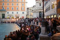 The huge crowd at Trevi fountain