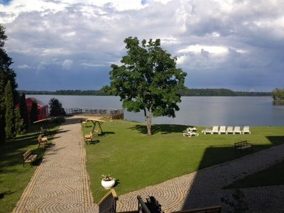 Hotel_by_lake.jpg