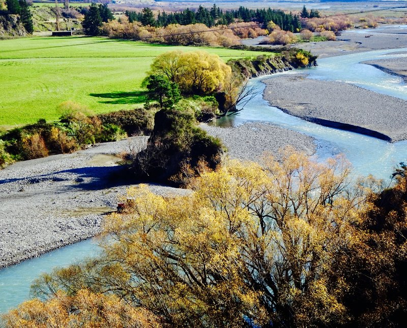 The rivers on the South Island generally have wide river beds. Especially if they are downstream from glaciers, they have frequently changing channels and often a braided appearance.