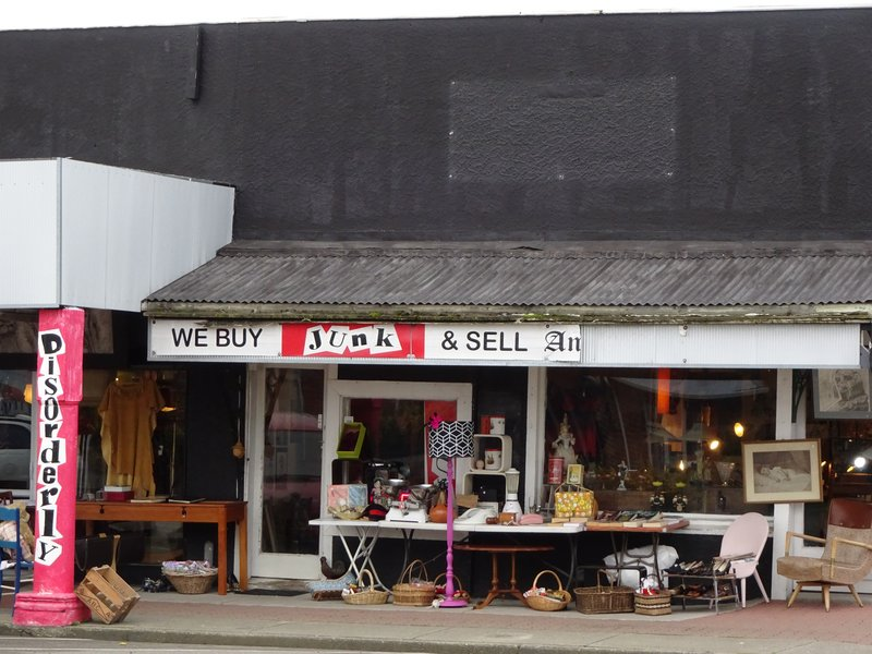 """The sign on this store in Foxton was too funny...having part of the word  """"antiques"""" missing, made it even better!"""