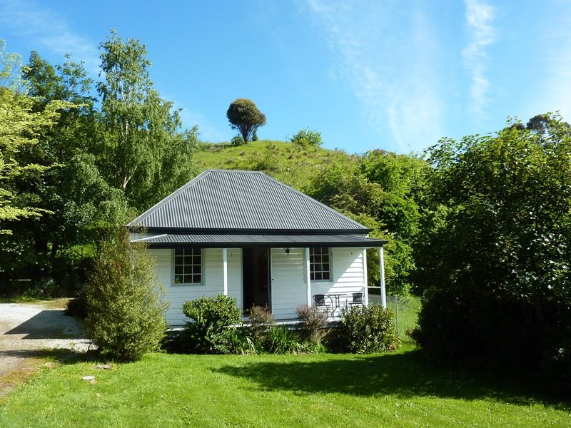 """We stayed a couple of nights at the Platypus Cottage, which is a replica of a """"turn of the century"""" cottage. It is located near the small town of Ellendale, in the Derwent Valley."""