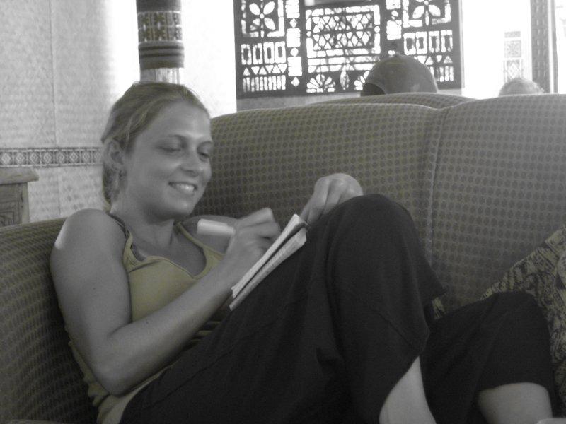 Fiji_Stef in boekje schrijven