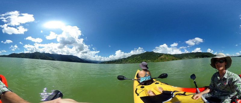 Kayaking on Lake Phewa|Kayak sur le Lak