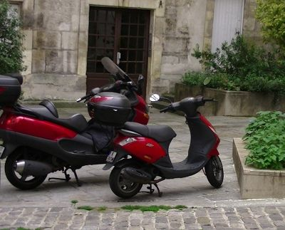 5884616-Red_bikes_in_Paris_by_aussirose_Paris.jpg