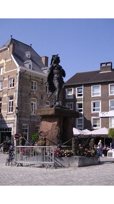 834484105945077-Statue_of_Am..e_Tongeren.jpg