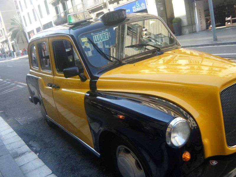 aussirose arrives Barcelona in old London Taxi - Barcelona