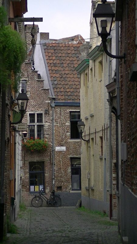 Classic Europe quaint alleyway pic by aussirose - Gent