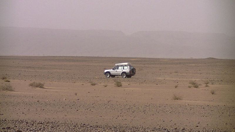 aussirose encounters another 4x4 in Sahara Desert - Morocco