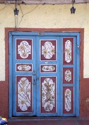 6468777-Typical_door_Ecuador.jpg