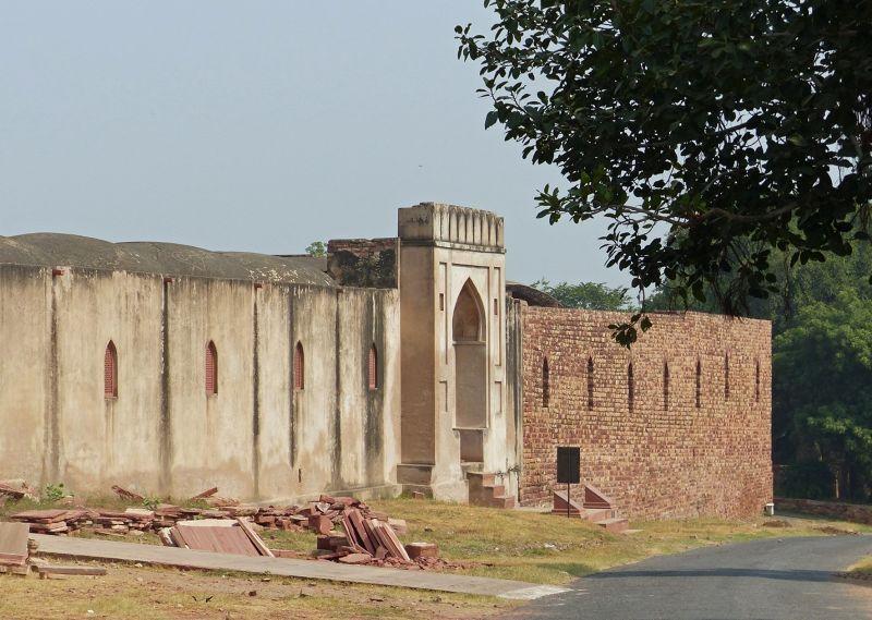 Near the gate - Fatehpur Sikri