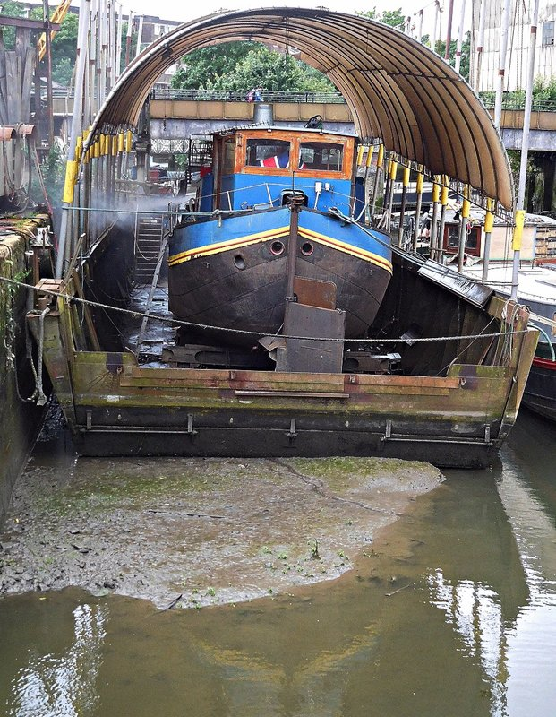 Boat repair yards near Thames Lock