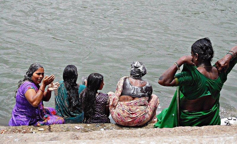 SANG 0 Women at the ghat at Srirangapatnam