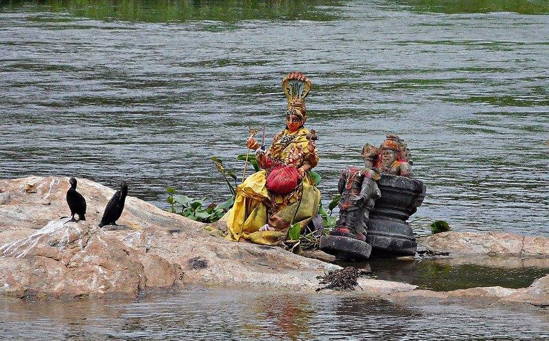 SANG 0 a Idols and birds on a rock near the sangam at Srirangapatna