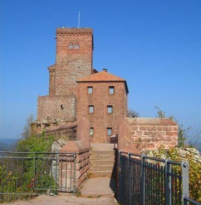 3921218-Trifels_castle_Annweiler_am_Trifels.jpg