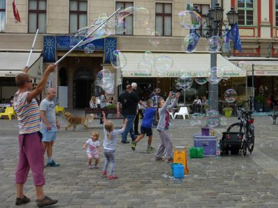 7175386-Soap_Bubble_Making_in_Rynek_Wroclaw.jpg