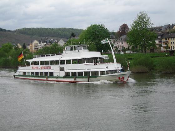 Cruise boat passing Rachtig - Zeltingen-Rachtig