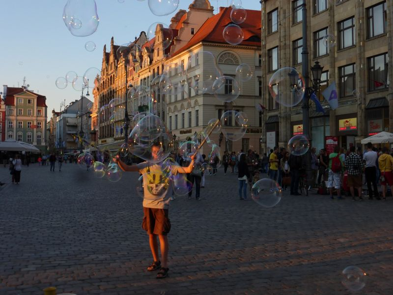 large_7175387-Soap_Bubble_Making_in_Rynek_Wroclaw.jpg