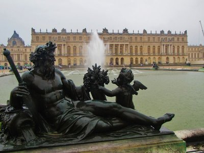 Fountain directly in front of the Château de Versailles