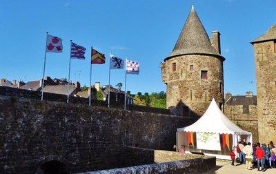 Food tent near the entrance of Château de Fougères