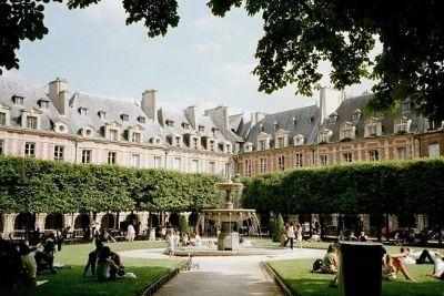 Place des Vosges, happy families - Paris