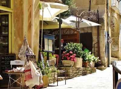 Street scene in Ménerbes