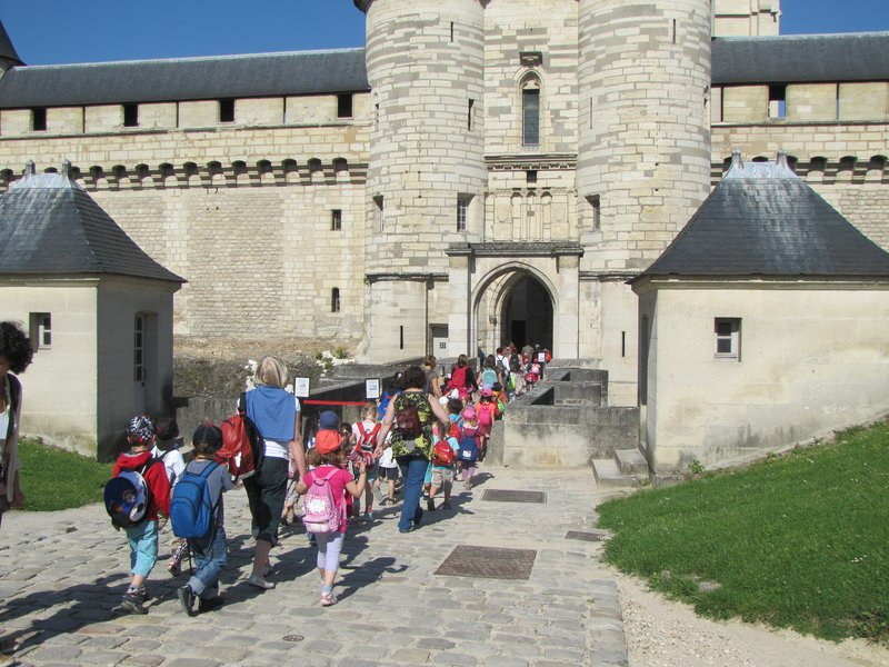A school group ahead of us entering the chatelet (entrance to the Keep).